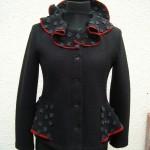 taillierte Jacke mit Schößchen, akzentuiert mit roten Streifen und grauen Quadraten